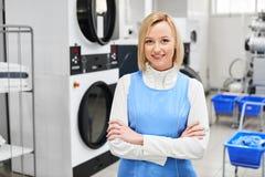 Portrait d'un travailleur de sourire de blanchisserie de fille image stock