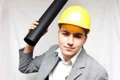 Portrait d'un travailleur fâché dans le casque Photographie stock