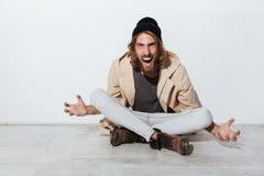 Portrait d'un type fâché criard de hippie image libre de droits
