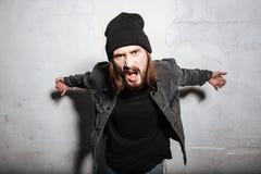 Portrait d'un type fâché de hippie criant sur l'appareil-photo photos stock