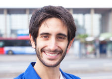 Portrait d'un type latin riant dans une chemise bleue dans la ville Images stock