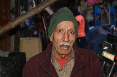 Portrait d'un vieil homme dans la rue célèbre de nourriture, Lahore, Pakistan Image libre de droits