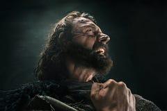 Portrait d'un Viking chauve brutal dans un courrier de bataille posant sur un fond noir image libre de droits
