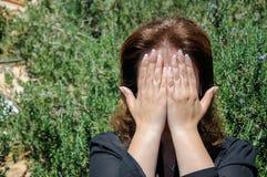 Portrait d'un visage de bâche de jeune femme avec des mains Image stock