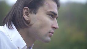 Portrait d'un visage en gros plan de type beau d'un jeune plan rapproché de type d'un visage masculin banque de vidéos