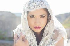 Portrait d'un voile caché belle par jeune mariée Images stock
