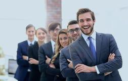 Portrait d'une équipe de sourire d'affaires dans le bureau Images libres de droits