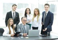 Portrait d'une équipe professionnelle d'affaires dans le bureau Photos stock