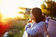 Portrait d'une adolescente asiatique mignonne 15-16 ans dans le profil à Photographie stock libre de droits