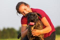 Portrait d'une adolescente avec le chien de boxeur Photographie stock libre de droits