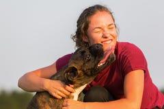 Portrait d'une adolescente avec le chien de boxeur Image stock
