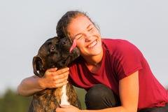 Portrait d'une adolescente avec le chien de boxeur Photos stock