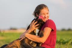Portrait d'une adolescente avec le chien de boxeur Photos libres de droits