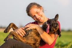 Portrait d'une adolescente avec le chien de boxeur Images stock
