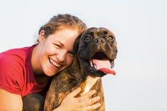 Portrait d'une adolescente avec le chien de boxeur Photo libre de droits