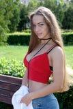 Portrait d'une adolescente dehors un jour ensoleillé d'été Image stock