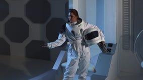 Portrait d'une astronaute de femme dans un costume d'espace sur un vaisseau spatial photographie stock