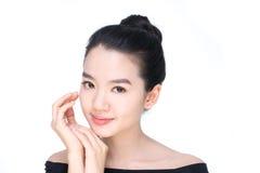 Portrait d'une beauté asiatique d'isolement sur le blanc photos stock