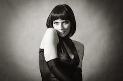 Portrait d'une belle brune dans une robe de soirée photographie stock libre de droits
