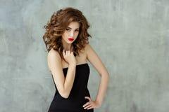 Portrait d'une belle brune fascinante avec les cheveux bouclés et le b photo stock