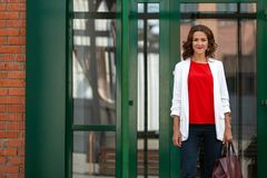 Portrait d'une belle femme élégante d'affaires dehors images stock