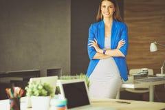 Portrait d'une belle femme d'affaires se tenant près de son lieu de travail Photos libres de droits