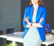 Portrait d'une belle femme d'affaires se tenant près de son lieu de travail images libres de droits