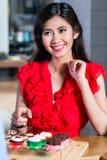 Portrait d'une belle femme asiatique achetant les petits gâteaux délicieux photographie stock