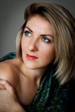 Portrait d'une belle femme aux yeux bleus Photographie stock