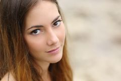 Portrait d'une belle femme avec de grands yeux et peau lisse Photos stock