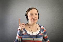 Portrait d'une belle femme avec des écouteurs. photographie stock libre de droits