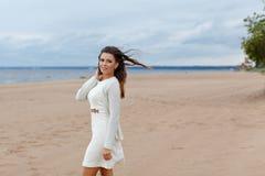Portrait d'une belle femme avec des cheveux de vol dans le vent, agai Photographie stock