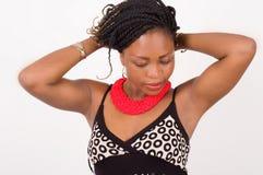 Portrait d'une belle femme avec des mains sur son cou Photographie stock libre de droits