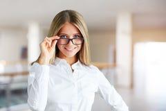 Portrait d'une belle femme avec des verres photos stock