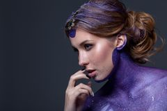 Portrait d'une belle femme avec les cheveux créatifs et le maquillage Photo libre de droits