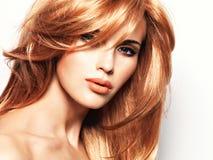 Portrait d'une belle femme avec les cheveux rouges longtemps droits Photos libres de droits