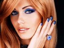Portrait d'une belle femme avec les clous bleus, maquillage bleu Image libre de droits