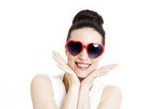 Portrait d'une belle femme avec les verres en forme de coeur Photos stock