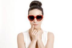 Portrait d'une belle femme avec les verres en forme de coeur Image stock