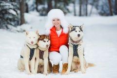 Portrait d'une belle femme avec un chien de traîneau sibérien Photos stock