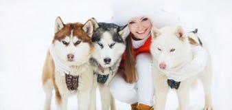 Portrait d'une belle femme avec un chien de traîneau sibérien Photographie stock libre de droits