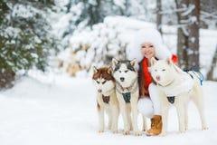 Portrait d'une belle femme avec un chien de traîneau sibérien Images libres de droits