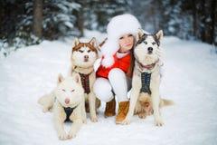 Portrait d'une belle femme avec un chien de traîneau sibérien Images stock