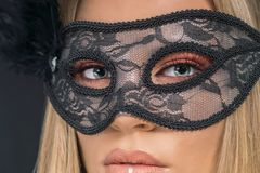 Portrait d'une belle femme blonde portant le masque noir Mode image stock