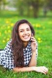 Portrait d'une belle femme dactylographiant au téléphone intelligent Photos libres de droits