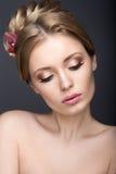 Portrait d'une belle femme dans l'image de la jeune mariée avec des fleurs dans ses cheveux Image stock