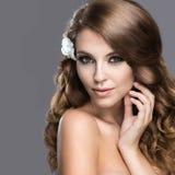Portrait d'une belle femme dans l'image de la jeune mariée avec des fleurs dans ses cheveux Visage de beauté Photos stock