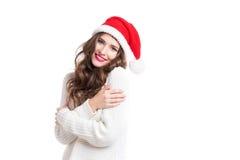 Portrait d'une belle femme dans le chapeau de Santa avec de longs cheveux bouclés Photo libre de droits