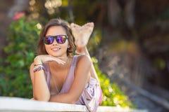Portrait d'une belle femme dans le jardin d'été Image libre de droits