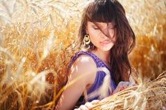 Portrait d'une belle femme dans un domaine de blé Images stock